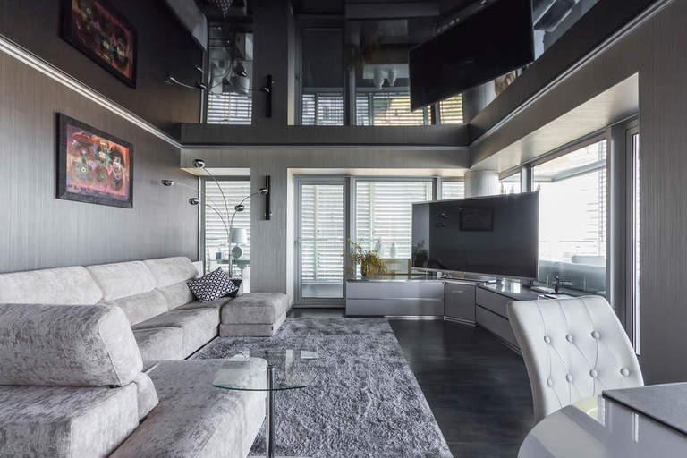 Черные натяжные потолки в гостиной